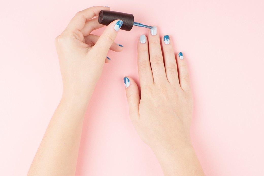 Геометричные формы смотрятся на ногтях особенно хорошо. Нарисовать зигзаг можно кисточкой лака — небольшие неровности прикроет металлическая лента. . Изображение № 1.