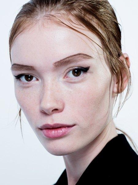 Стрелки, пирсинг, блестки: Самые модные макияжи года. Изображение № 10.