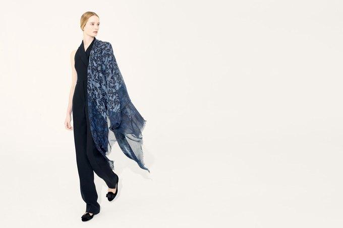 Цветы и леопард в коллекции шелковых платков Valentino. Изображение № 9.