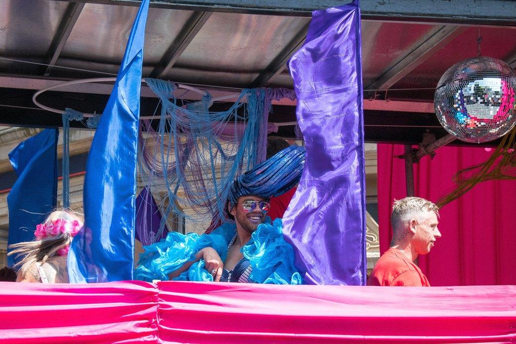 Гордость без предубеждений:  Репортаж с гей-парада в Брайтоне . Изображение № 1.