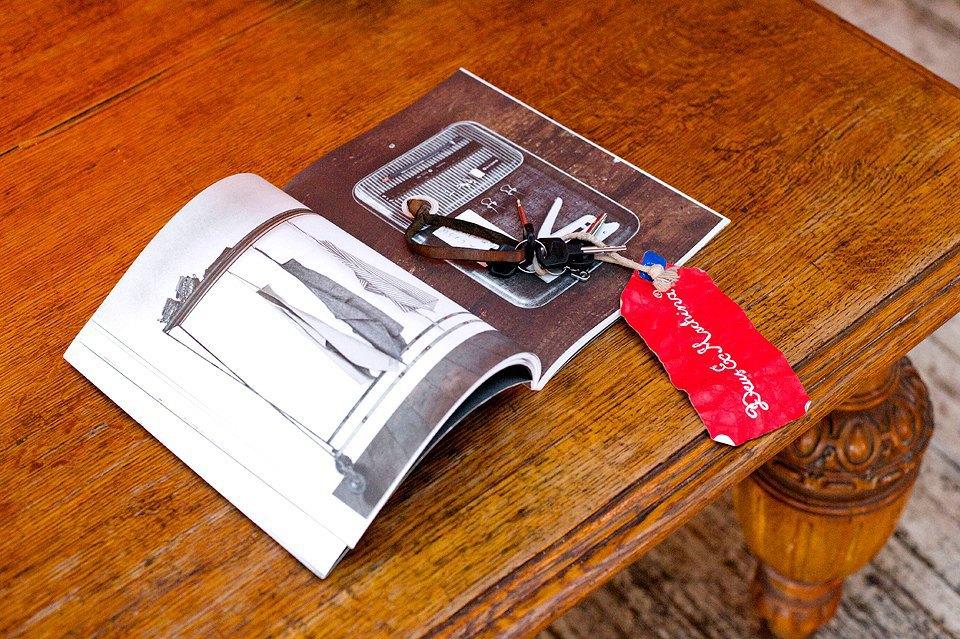 Мое увлечение кулинарией привело меня к журналу Kinfolk, его визуальная эстетика мне очень приятна и близка. Ключи от мопеда с красной биркой из магазина Deus на Бали —напоминание о том, что давно пора бы получить мотоправа и пересесть на что-то посерьезнее. Изображение № 16.