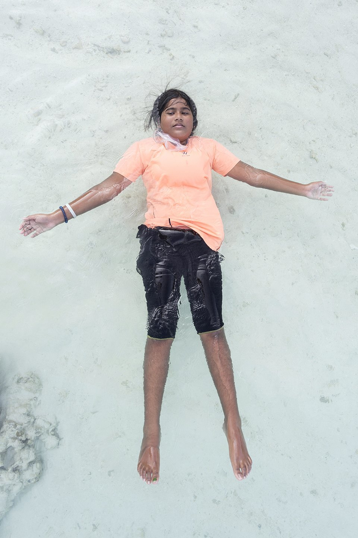 «Weightless»: Мальдивские девушки в океане, который скоро поглотит их страну. Изображение № 1.
