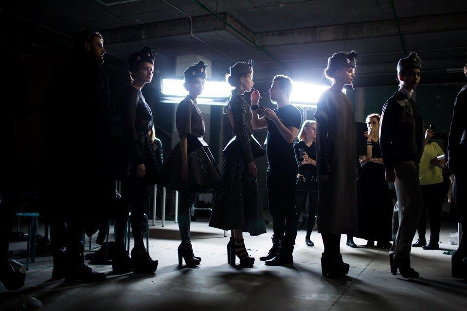 Репортаж: Шляпы с камеями  и прозрачные платья  на показе Alexander Arutyunov. Изображение № 14.