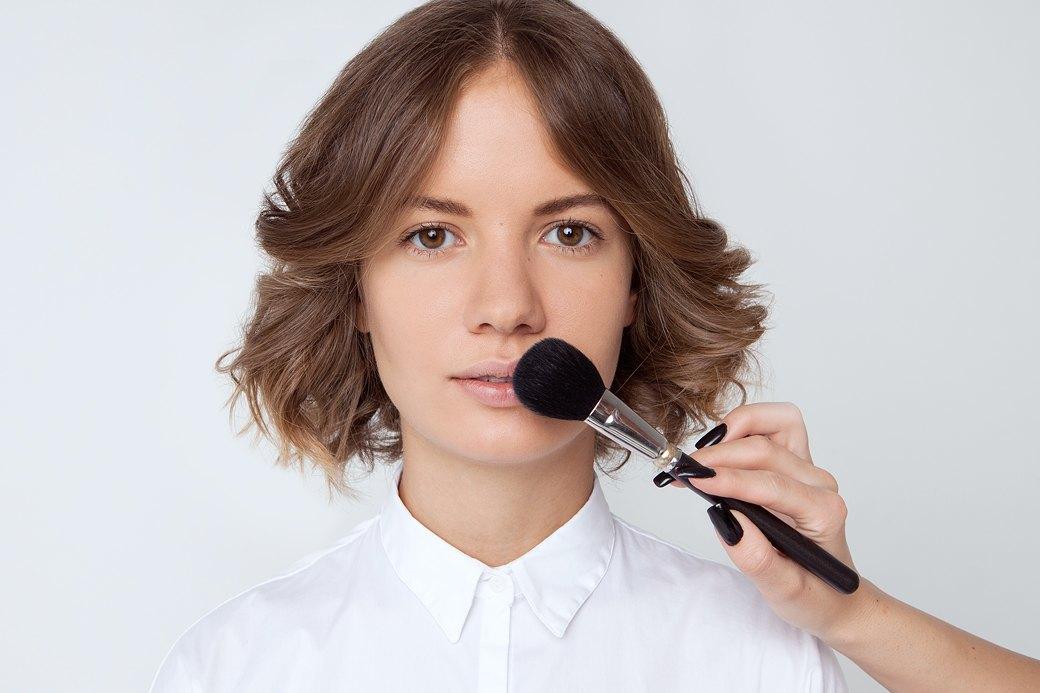Слегка припудрить губы — так контур точно не поползет. Изображение № 1.