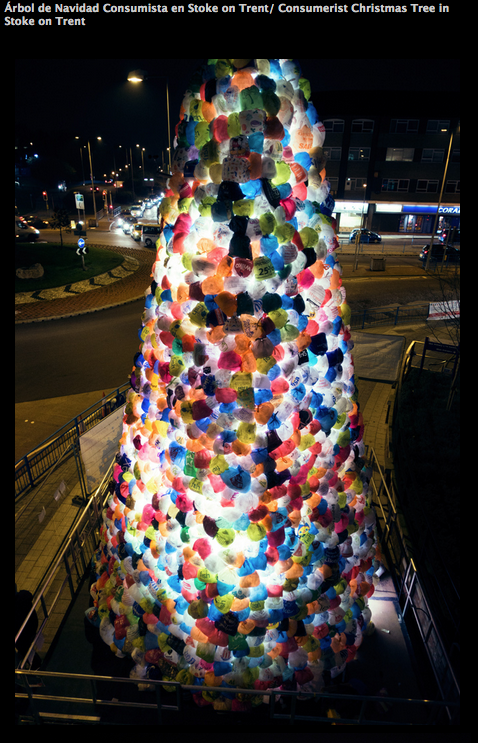 В Англии появилась рождественская ель  из пластиковых пакетов. Изображение № 1.