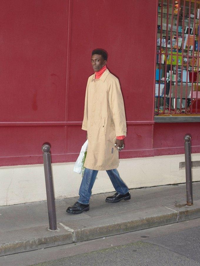 В новом лукбуке Balenciaga снялись обычные парижане. Изображение № 12.