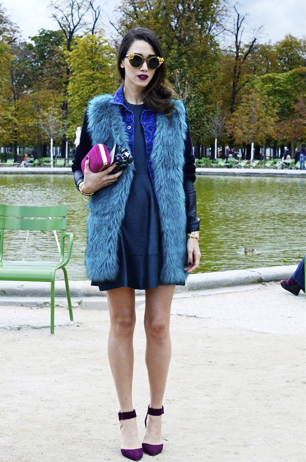 Десяток модников под зонтом, японец с двумя шарфами и другие гости Paris Fashion Week. Изображение № 1.