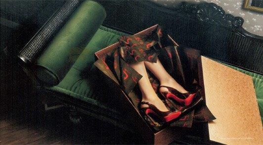 Женские ноги в подарочной упаковке — так выглядит лукбук Louboutin. Изображение № 3.