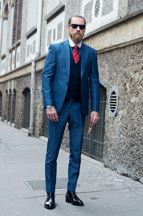 Парень вроде бы в костюме и при галстуке, но посмотрите на его татуировки — в косухе ему наверняка комфортнее. Изображение № 20.