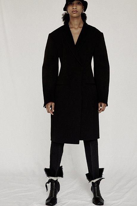 Новый лукбук Céline: Меховая обувь и идеальные костюмы. Изображение № 19.