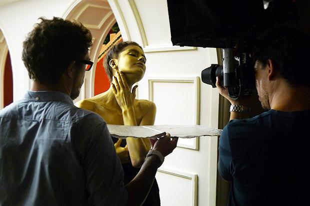 Бэкстейдж A.F. Vandevorst: Прозрачные шляпы и лица, покрытые золотом. Изображение № 1.