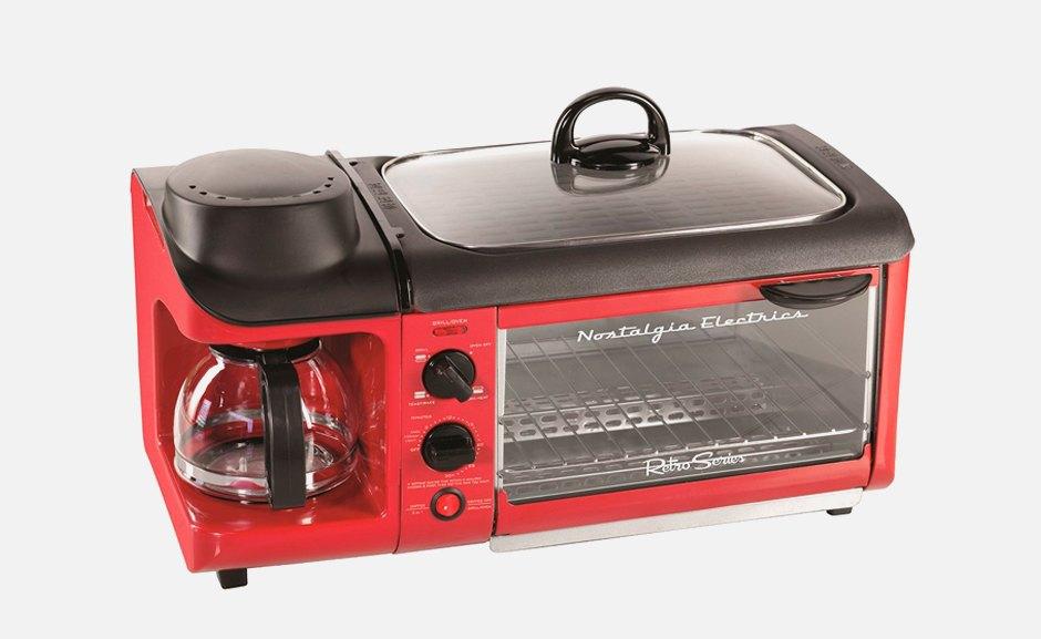 Три в одном: Тостер, плита  и кофеварка Nostalgia  для отличных завтраков. Изображение № 1.