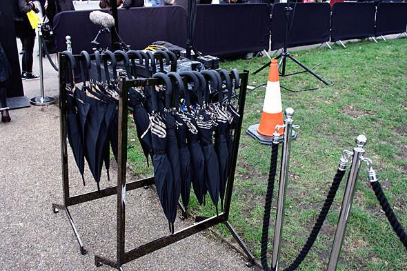На случай дождя для гостей приготовлены зонты. Изображение № 3.