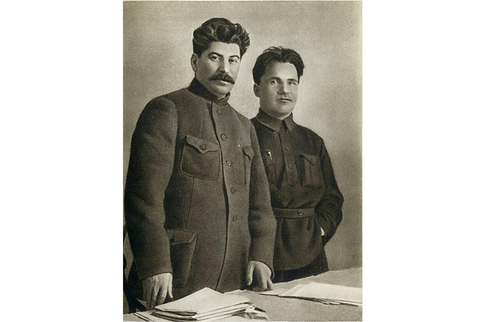 Сталин и Киров в «Иосиф Сталин: краткая биография». Москва, 1949.. Изображение № 15.