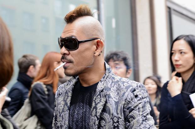 Десяток модников под зонтом, японец с двумя шарфами и другие гости Paris Fashion Week. Изображение № 17.