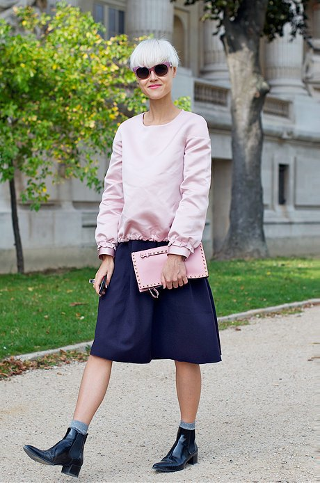 Очередное удачное сочетание нескольких вещей пыльного розового цвета в одном луке. За челси с носками, которые рушат слишком девичий образ, — отдельный комплимент. Изображение № 11.