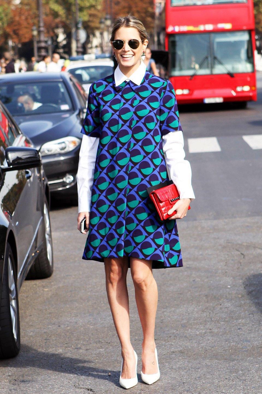 Оптический принт в духе 1960-х свежо выглядит на платье-трапеции, надетом поверх рубашки. Изображение № 10.