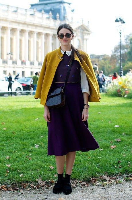 Девушка отсылает к образу школьницы: надевает блузку с воротничком, сарафан и кардиган. Изображение № 12.