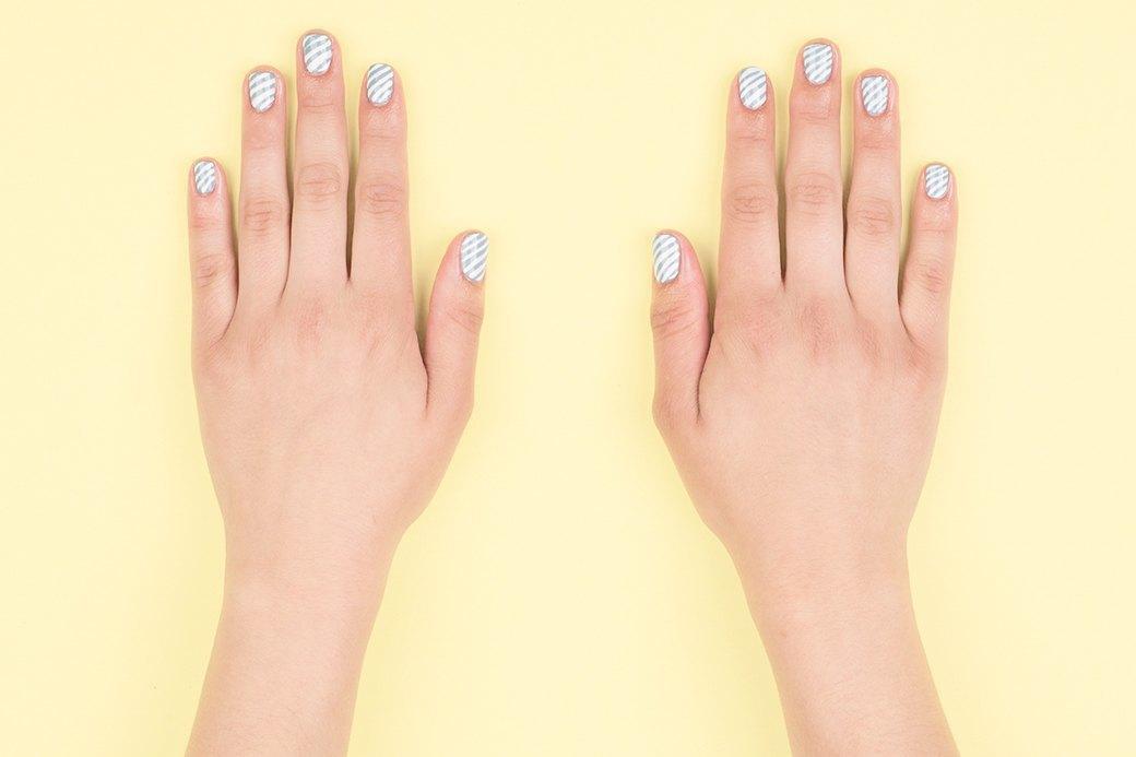 В конце, как обычно, покрыть ногти топом-сушкой. Если выбрать другие оттенки (розовый и лимонно-желтый например), рисунок будет напоминать крученый зефир.. Изображение № 4.