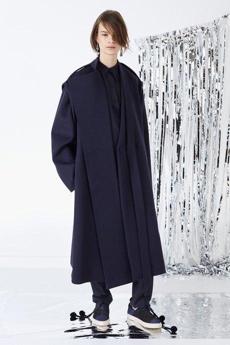 С чем носить объёмное пальто: 10 модных образов. Изображение № 8.