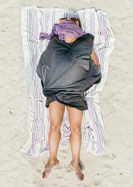 «Зона комфорта»:  Расслабленные люди на пляже. Изображение № 13.