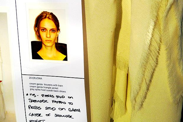 Бэкстейдж Gareth Pugh: Алые платья и «заплаканные» модели. Изображение № 9.
