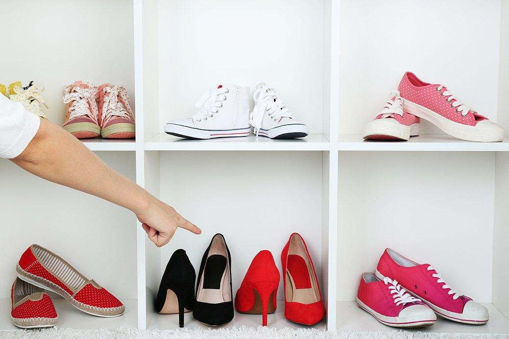 Конечно же, на каблуках, потому что кеды —это не женственно. Изображение № 4.