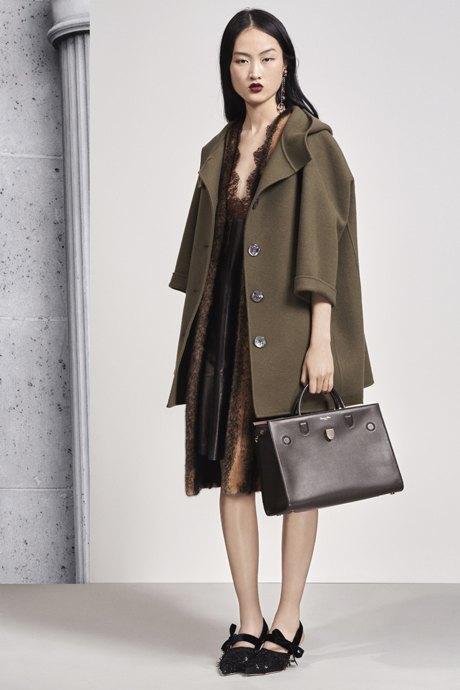 С чем носить объёмное пальто: 10 модных образов. Изображение № 4.