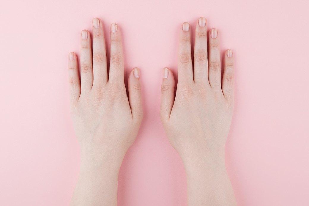 Покрыть ногти цветным лаком или, как в нашем примере, только базой. В последнем случае маникюр отнимает гораздо меньше времени.. Изображение № 1.