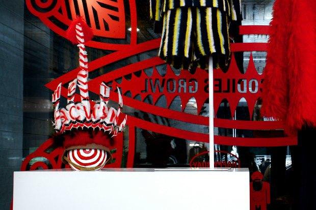 Витрину «КМ 20» украсила инсталляция Walter Van Beirendonck «Нет расизму» . Изображение № 2.