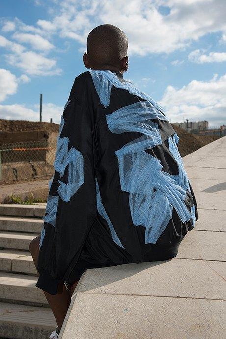 Уличная романтика Koché: Повседневная одежда  с вышивкой и перьями. Изображение № 4.