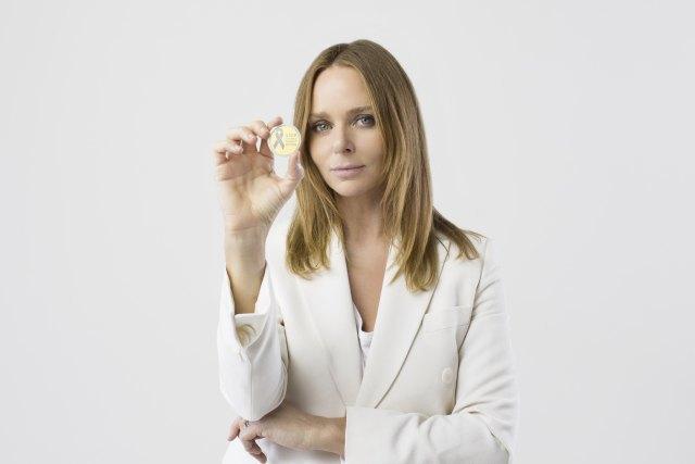 Стелла Маккартни сделала брошь-символ борьбы с насилием над женщинами . Изображение № 1.