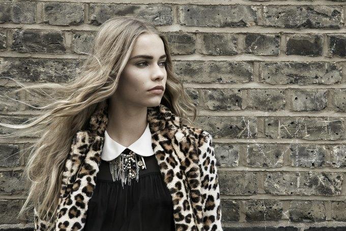 Модели на улицах Лондона в новой кампании Zara. Изображение № 23.