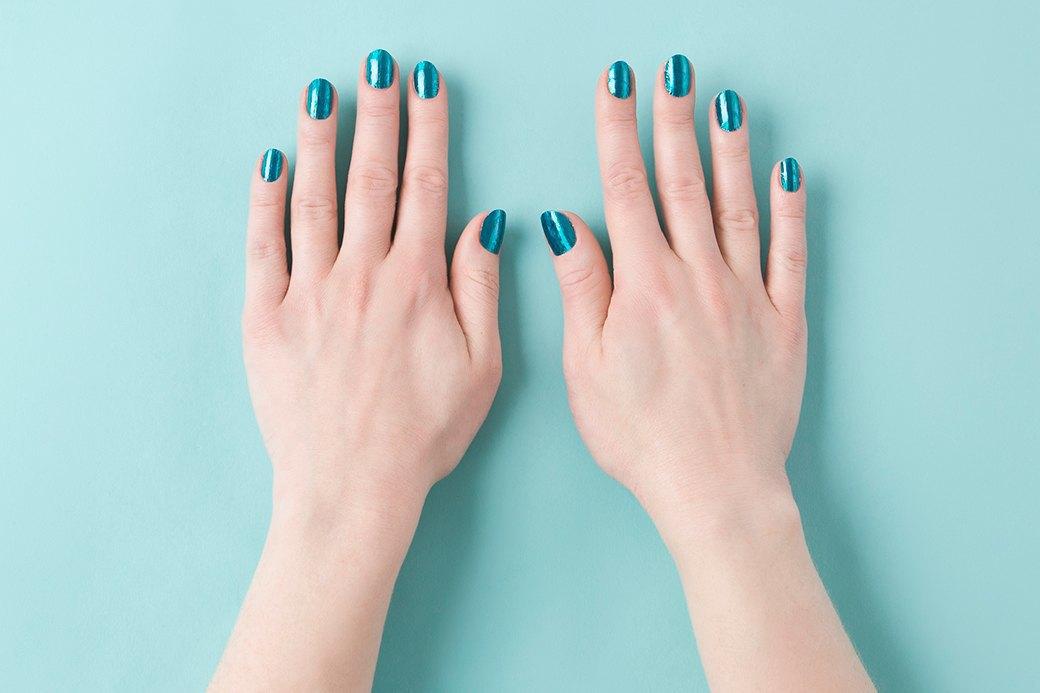 Перед процедурой нужно обязательно обезжирить ногти, не то Minx плохо приклеятся или пойдут пузырями — вот как на правой руке. Изображение № 1.