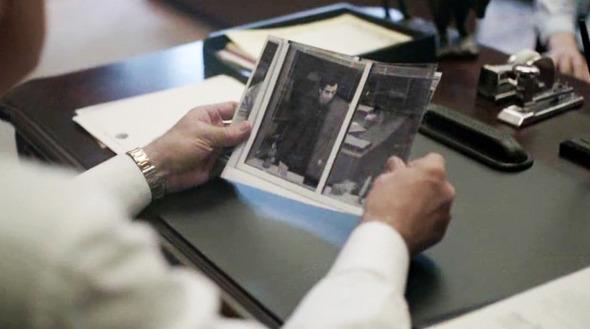 Эпизод 1. Мэру докладывают, что к его лечащему врачу приходил газетный репортер Трой Гэрити. Хотя та (врач — женщина) и выгнала журналиста сразу, Кейн соглашается со своим советником, что «мягкое напоминание о некоторых клятвах» лишним не будет . Изображение № 25.