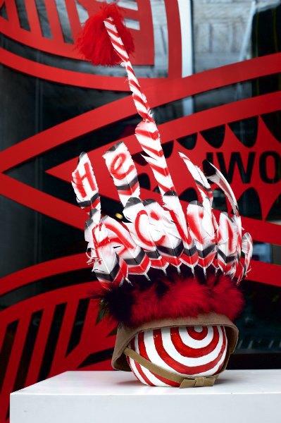Витрину «КМ 20» украсила инсталляция Walter Van Beirendonck «Нет расизму» . Изображение № 3.