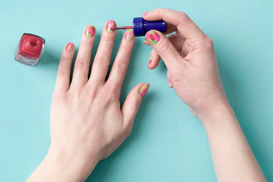 На подготовленные ногти (обезжиренные, с высохшим слоем базы под лак) хаотично нанести разные оттенки. Изображение № 2.
