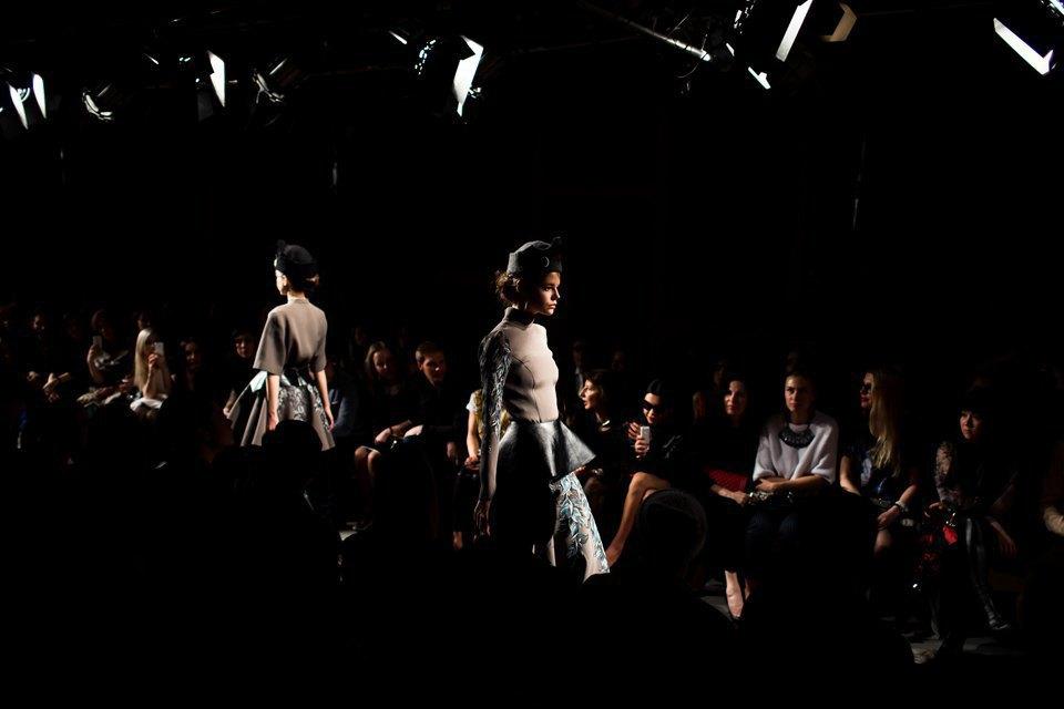 Репортаж: Шляпы с камеями  и прозрачные платья  на показе Alexander Arutyunov. Изображение № 17.