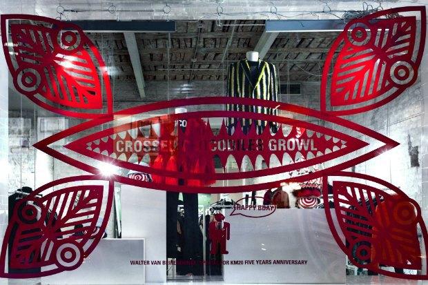 Витрину «КМ 20» украсила инсталляция Walter Van Beirendonck «Нет расизму» . Изображение № 1.
