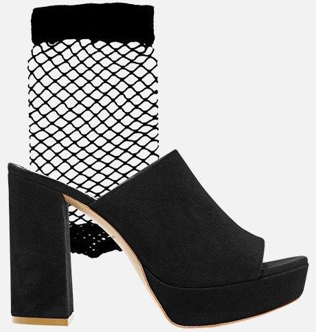 Как это носить: Босоножки, клоги и лодочки с носками. Изображение № 4.