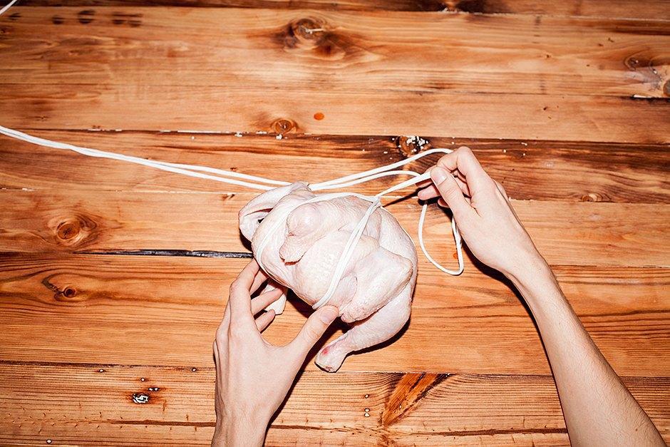 Связанные с одной целью: 3 способа связать  и зажарить птицу. Изображение № 11.