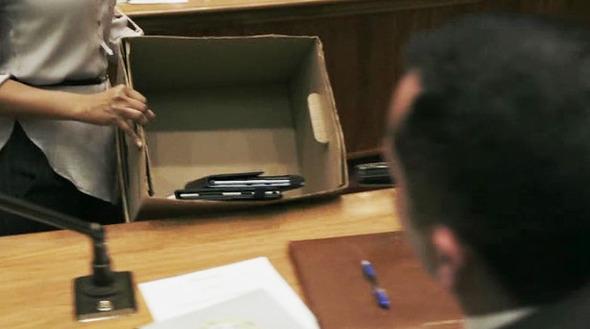 Эпизод 1. У членов городского совета забирают смартфоны, планшеты и другие гаджеты — политики шумят во время принятия поправки, которая нужна мэру для быстрого избавления от находки на кладбище. Изображение № 24.