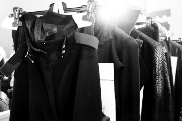 Бэкстейдж Gareth Pugh: Алые платья и «заплаканные» модели. Изображение № 14.