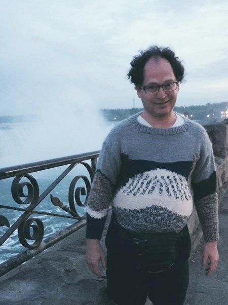 Мужчина вяжет свитера для путешествий и фотографируется в них. Изображение № 6.