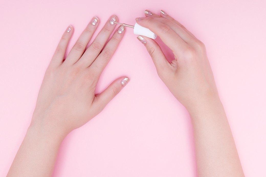 Сначала удобнее закрасить лунку ногтя (сделать это можно и «родной» кисточкой), затем отступить миллиметра два, прорисовать дугу над заполненной лункой и закрасить оставшийся свободный край. . Изображение № 2.