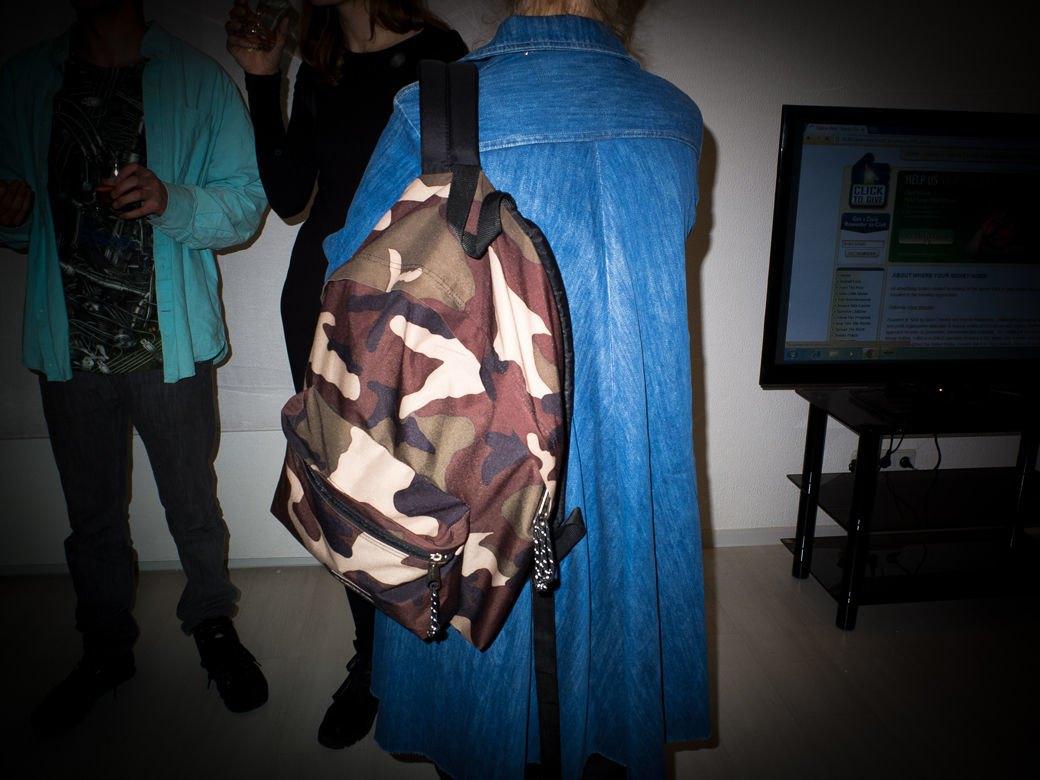 Кроссовки и свитшоты на посетителях выставки «Мифология online». Изображение № 4.