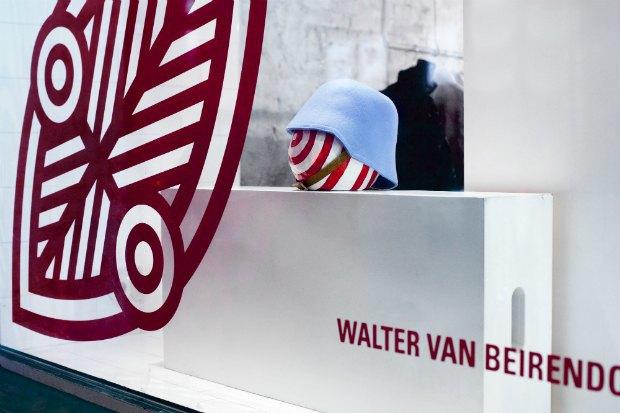 Витрину «КМ 20» украсила инсталляция Walter Van Beirendonck «Нет расизму» . Изображение № 6.