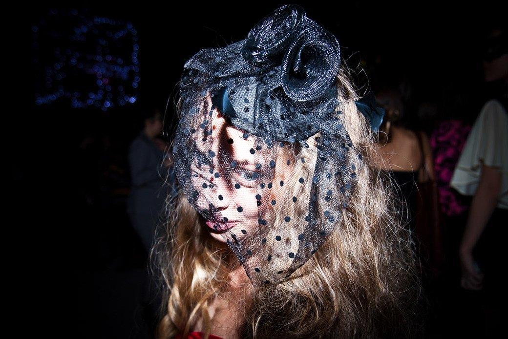 Маски из перьев  и цветы в волосах  на вечеринке «Martini карнавал». Изображение № 5.