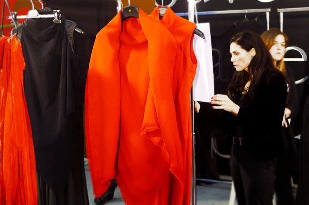Бэкстейдж Gareth Pugh: Алые платья и «заплаканные» модели. Изображение № 5.
