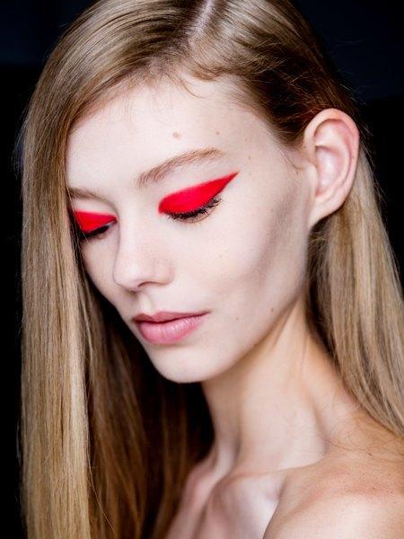 Стрелки, пирсинг, блестки: Самые модные макияжи года. Изображение № 9.